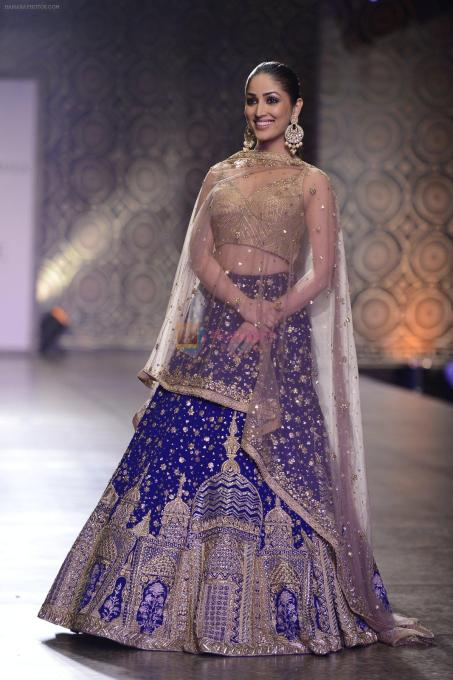 Yami-Gautam-walks-the-ramp-for-Rimple-and-Harpreet-Narula-at-the-FDCI-India-Couture-Week-2016-on-22-July-2016-4